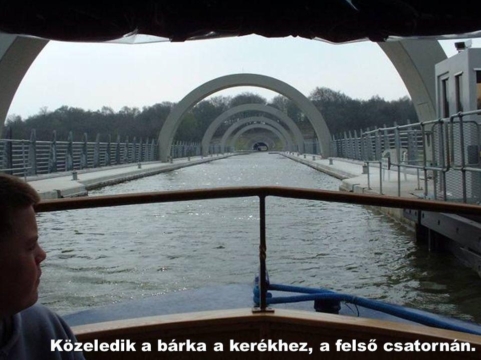 Közeledik a bárka a kerékhez, a felső csatornán.