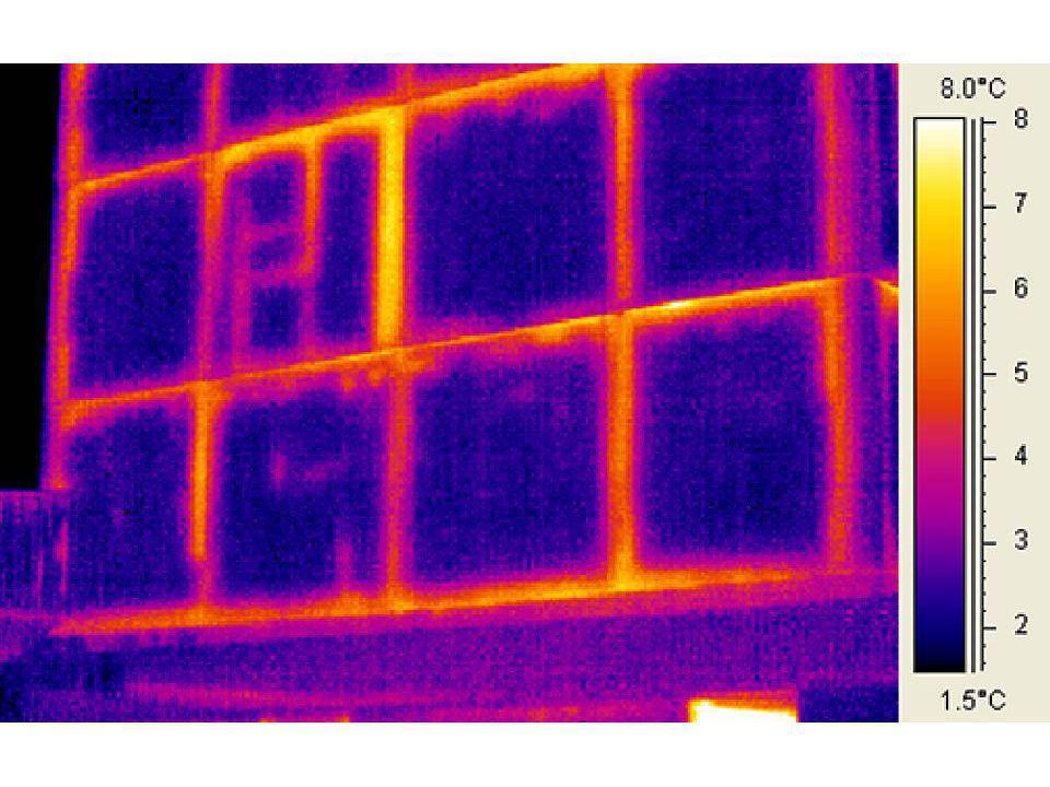 KÜLSŐ FALAK STO színvakolat STO üvegszöveg erősítésű alapvakolat AUSTROTHERM AT-H80 hőszigetelés ragasztással és mechanikai rögzítéssel (v = 160 mm) Kiegészítő hőszigetelés (fogasságok helyén) Vasbeton falpanelek (csatlakozási hézagok PUR-habbal kitöltve) Felületképzés (csempézés, tapéta) U m = 0,20 W/m 2 K