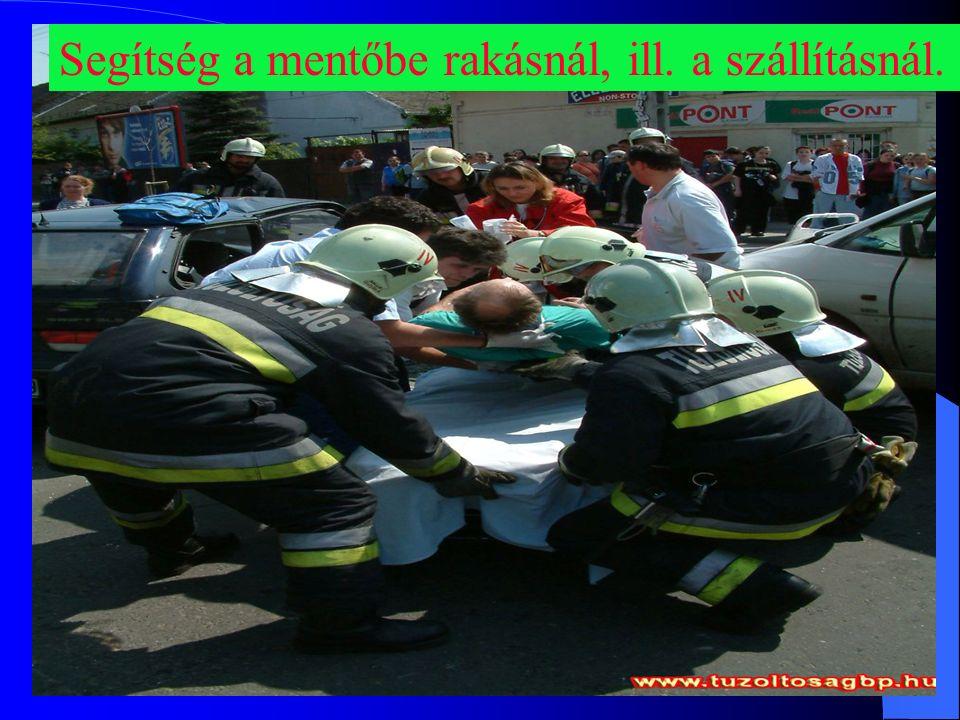 Segítség a mentőbe rakásnál, ill. a szállításnál.