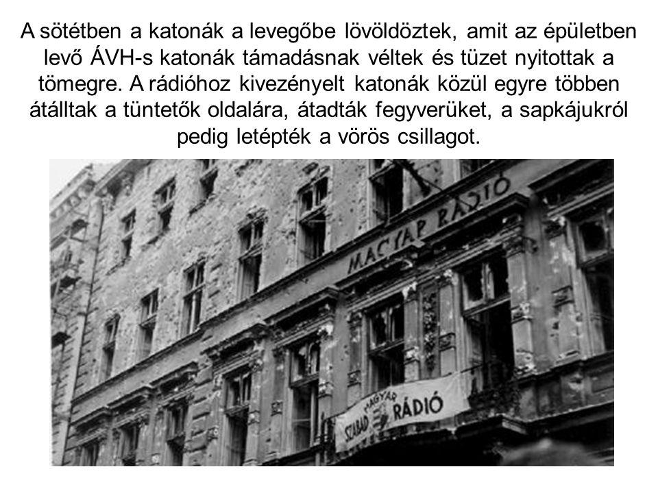 A sötétben a katonák a levegőbe lövöldöztek, amit az épületben levő ÁVH-s katonák támadásnak véltek és tüzet nyitottak a tömegre.