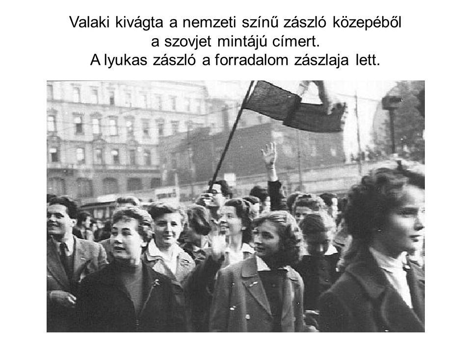 Valaki kivágta a nemzeti színű zászló közepéből a szovjet mintájú címert.