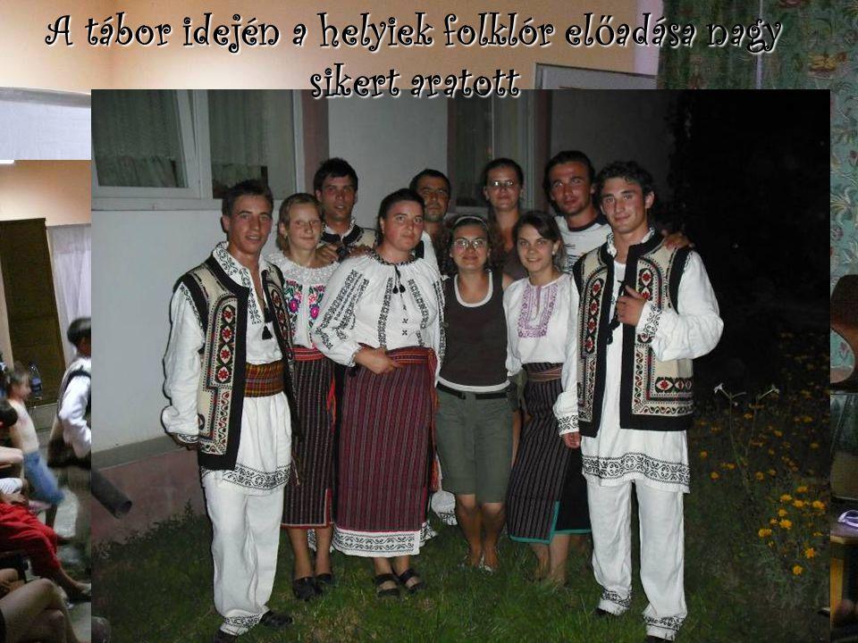 A tábor idején a helyiek folklór előadása nagy sikert aratott