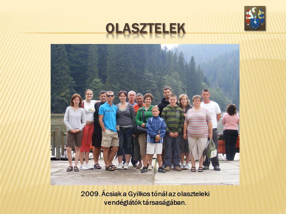 2009. Ácsiak a Gyilkos tónál az olaszteleki vendéglátók társaságában.