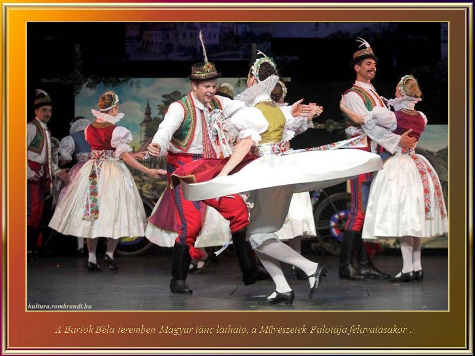 A Bartók Béla teremben Magyar tánc látható, a Művészetek Palotája felavatásakor ..