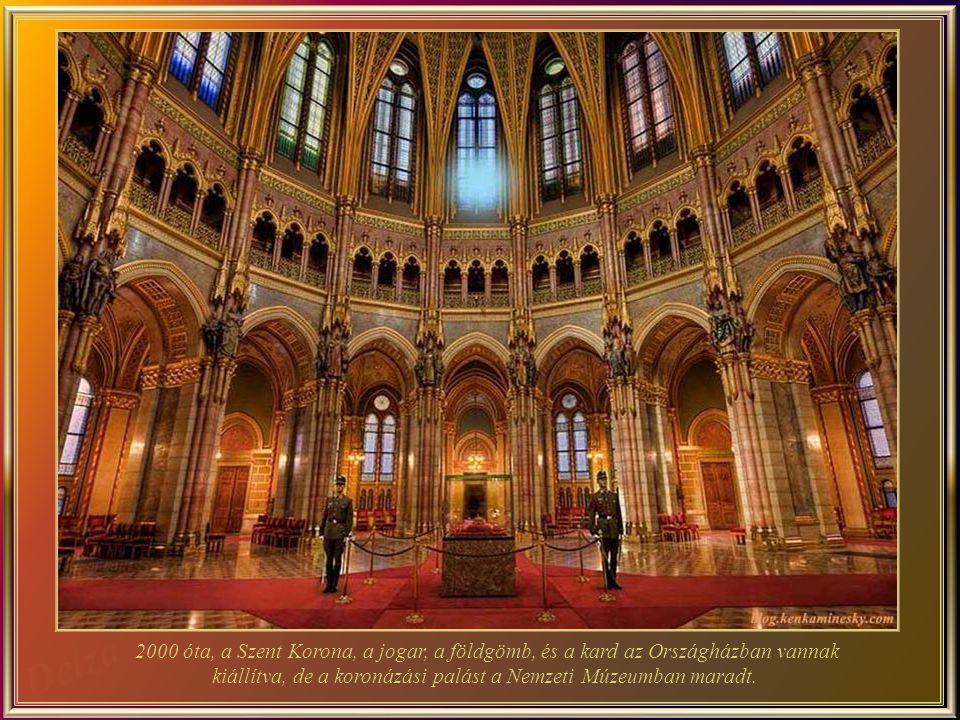 2000 óta, a Szent Korona, a jogar, a földgömb, és a kard az Országházban vannak kiállítva, de a koronázási palást a Nemzeti Múzeumban maradt.
