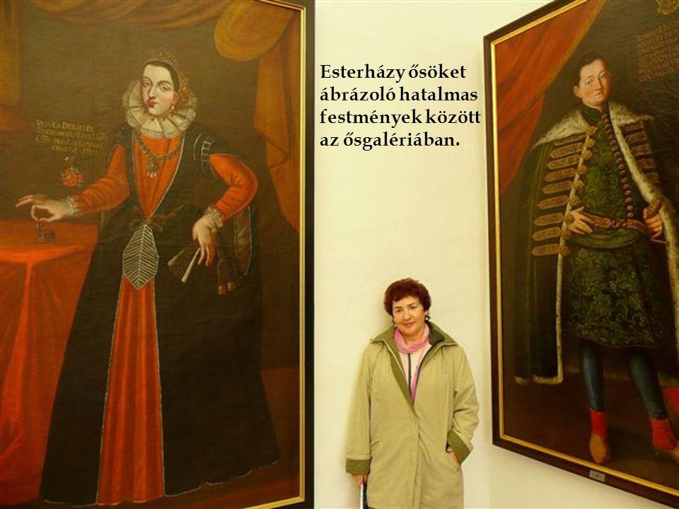 Esterházy ősöket ábrázoló hatalmas festmények között az ősgalériában.