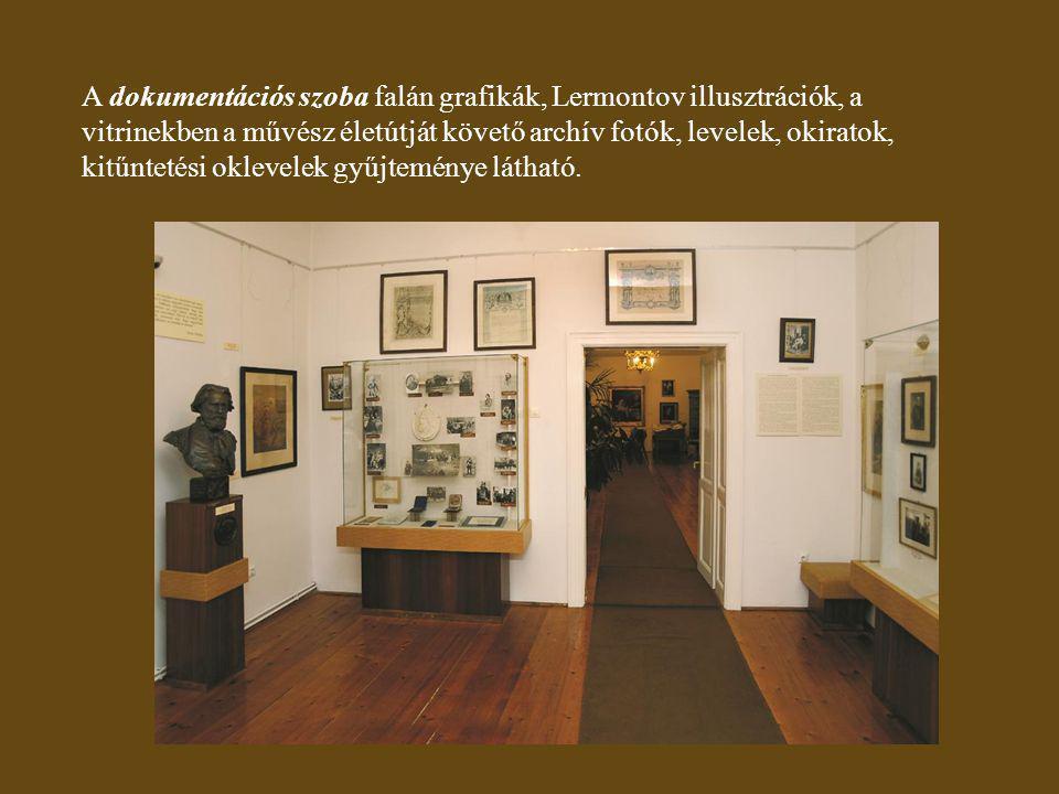 A dokumentációs szoba falán grafikák, Lermontov illusztrációk, a vitrinekben a művész életútját követő archív fotók, levelek, okiratok, kitűntetési oklevelek gyűjteménye látható.