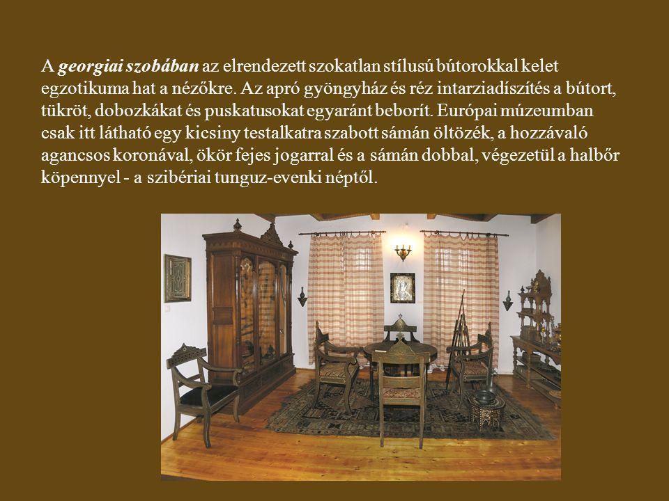 A georgiai szobában az elrendezett szokatlan stílusú bútorokkal kelet egzotikuma hat a nézőkre.