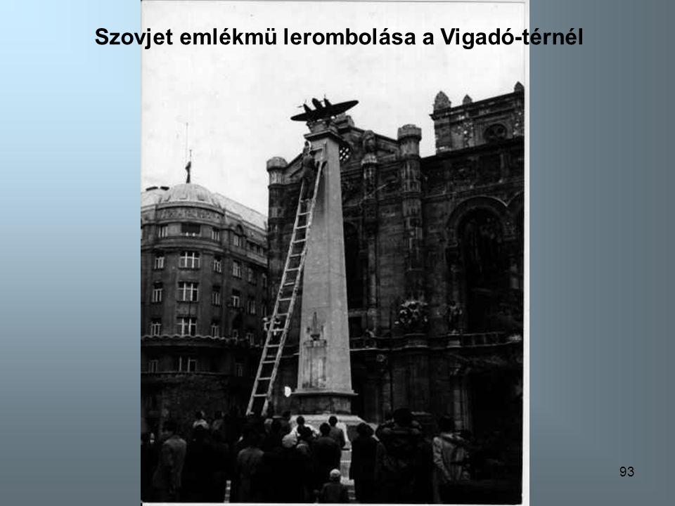 Szovjet emlékmü lerombolása a Vigadó-térnél
