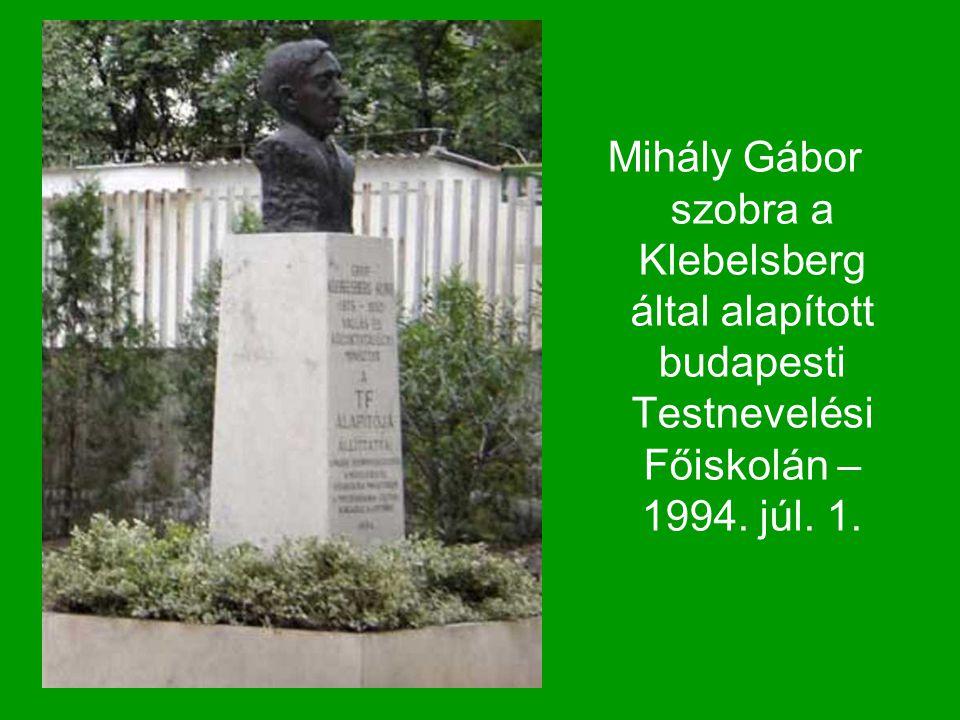 Mihály Gábor szobra a Klebelsberg által alapított budapesti Testnevelési Főiskolán – 1994. júl. 1.