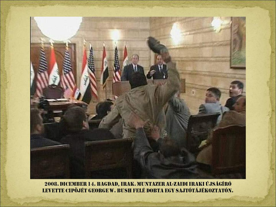 2008. dicember 14. Bagdad, Irak. Muntazer al-Zaidi iraki újságíró levette cipöjét George W.