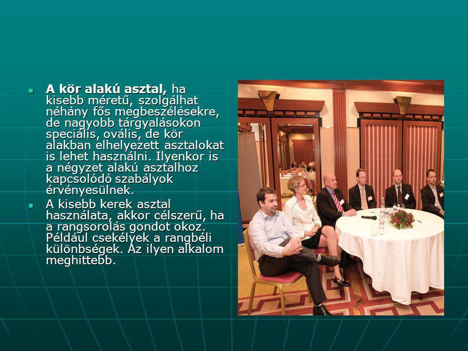 A kör alakú asztal, ha kisebb méretű, szolgálhat néhány fős megbeszélésekre, de nagyobb tárgyalásokon speciális, ovális, de kör alakban elhelyezett asztalokat is lehet használni. Ilyenkor is a négyzet alakú asztalhoz kapcsolódó szabályok érvényesülnek.