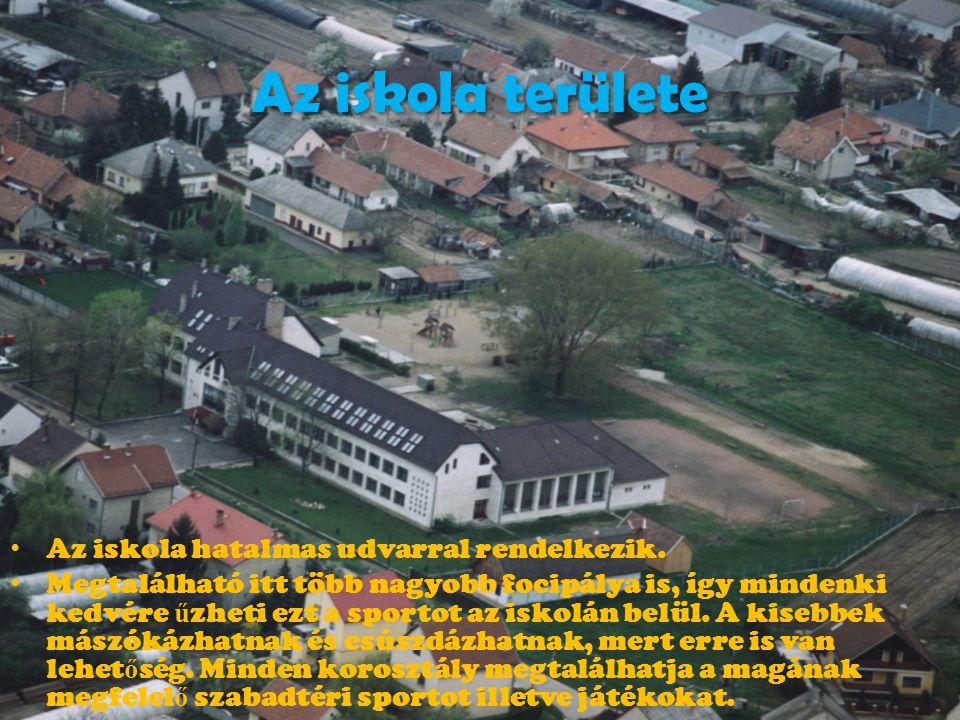 Az iskola területe Az iskola hatalmas udvarral rendelkezik.
