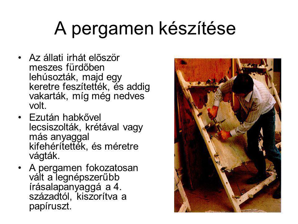 A pergamen készítése Az állati irhát elõször meszes fürdõben lehúsozták, majd egy keretre feszítették, és addig vakarták, míg még nedves volt.