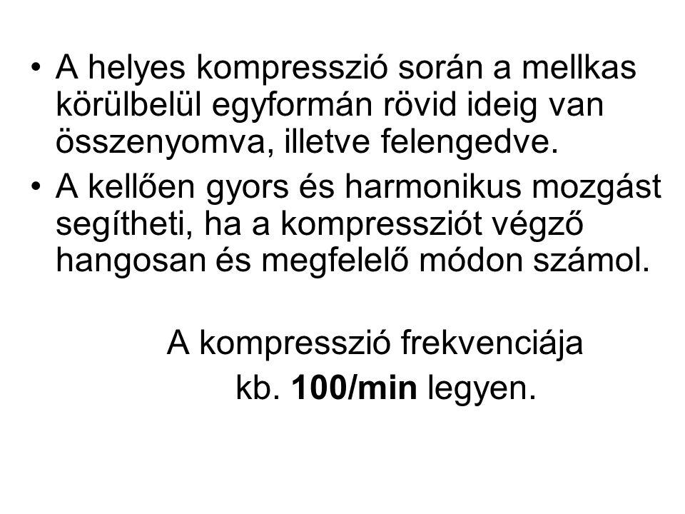 A helyes kompresszió során a mellkas körülbelül egyformán rövid ideig van összenyomva, illetve felengedve.