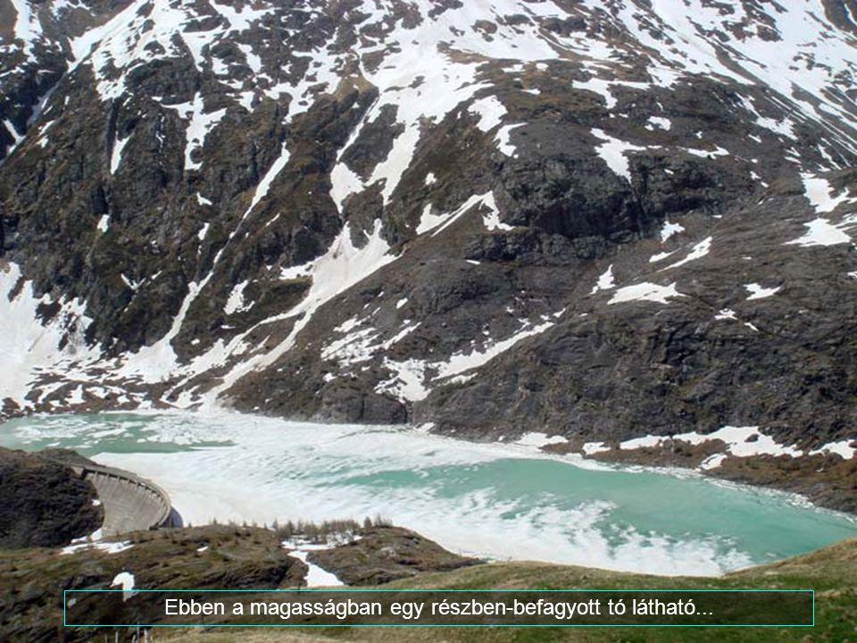 Ebben a magasságban egy részben-befagyott tó látható...