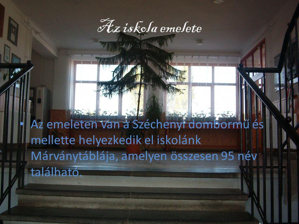 Az iskola emelete Az emeleten van a Széchenyi dombormű és mellette helyezkedik el iskolánk Márványtáblája, amelyen összesen 95 név található.