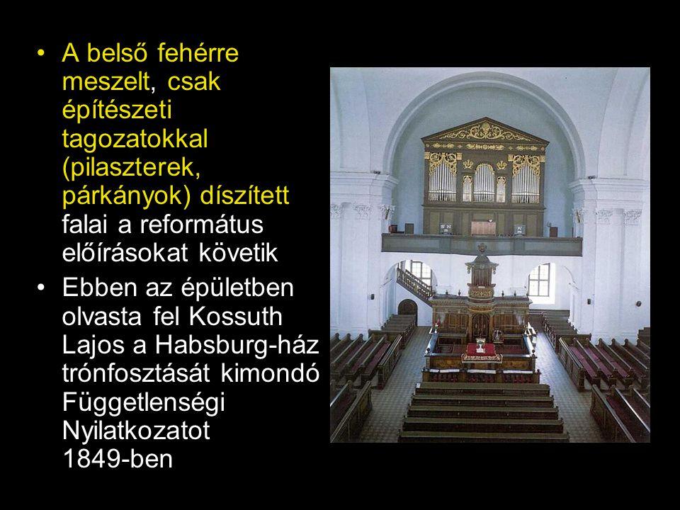 A belső fehérre meszelt, csak építészeti tagozatokkal (pilaszterek, párkányok) díszített falai a református előírásokat követik