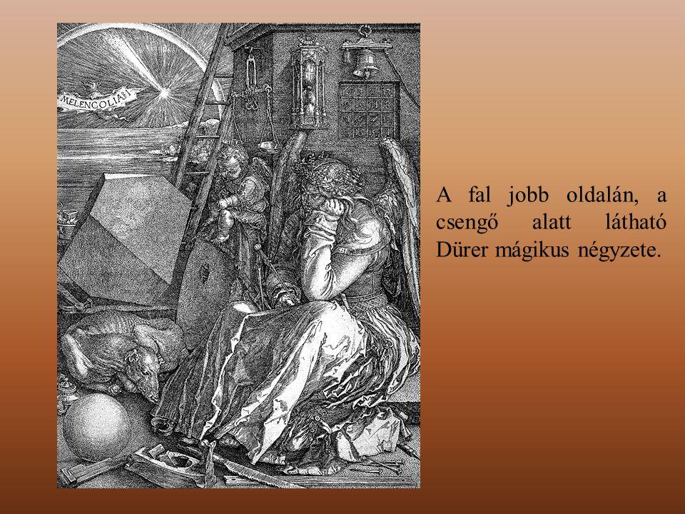 A fal jobb oldalán, a csengő alatt látható Dürer mágikus négyzete.