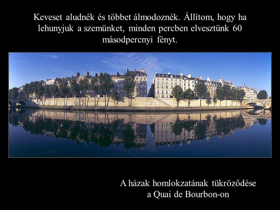 A házak homlokzatának tükröződése a Quai de Bourbon-on