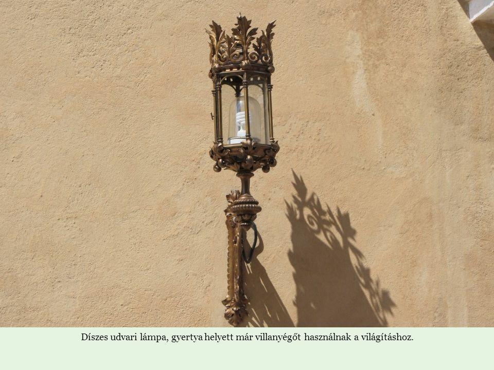 Díszes udvari lámpa, gyertya helyett már villanyégőt használnak a világításhoz.