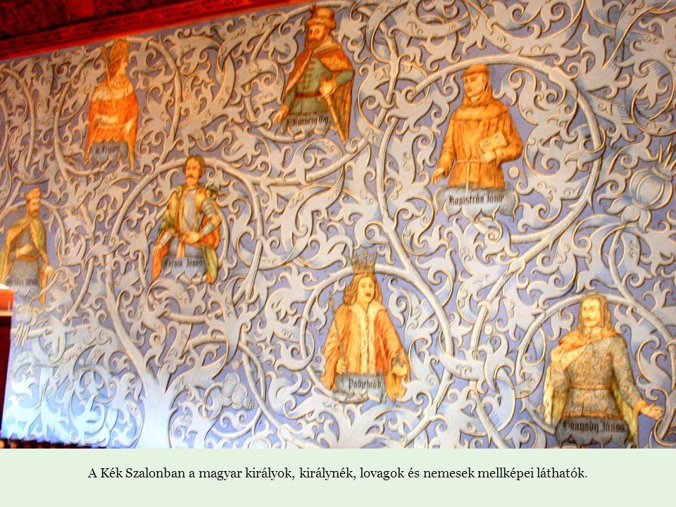 A Kék Szalonban a magyar királyok, királynék, lovagok és nemesek mellképei láthatók.
