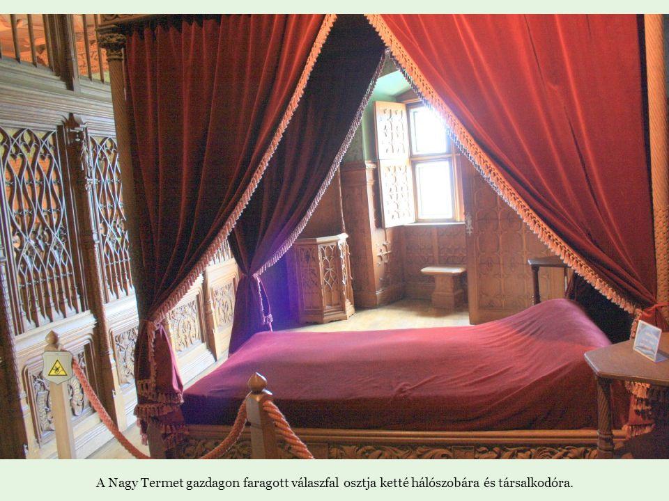 A Nagy Termet gazdagon faragott válaszfal osztja ketté hálószobára és társalkodóra.