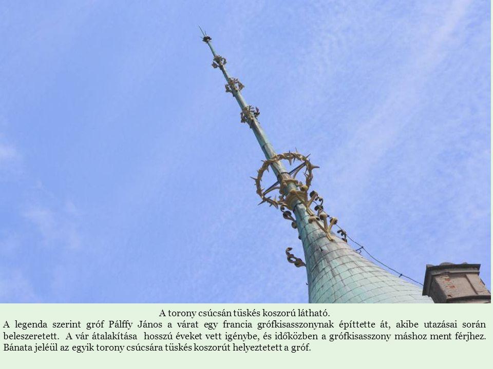 A torony csúcsán tüskés koszorú látható.