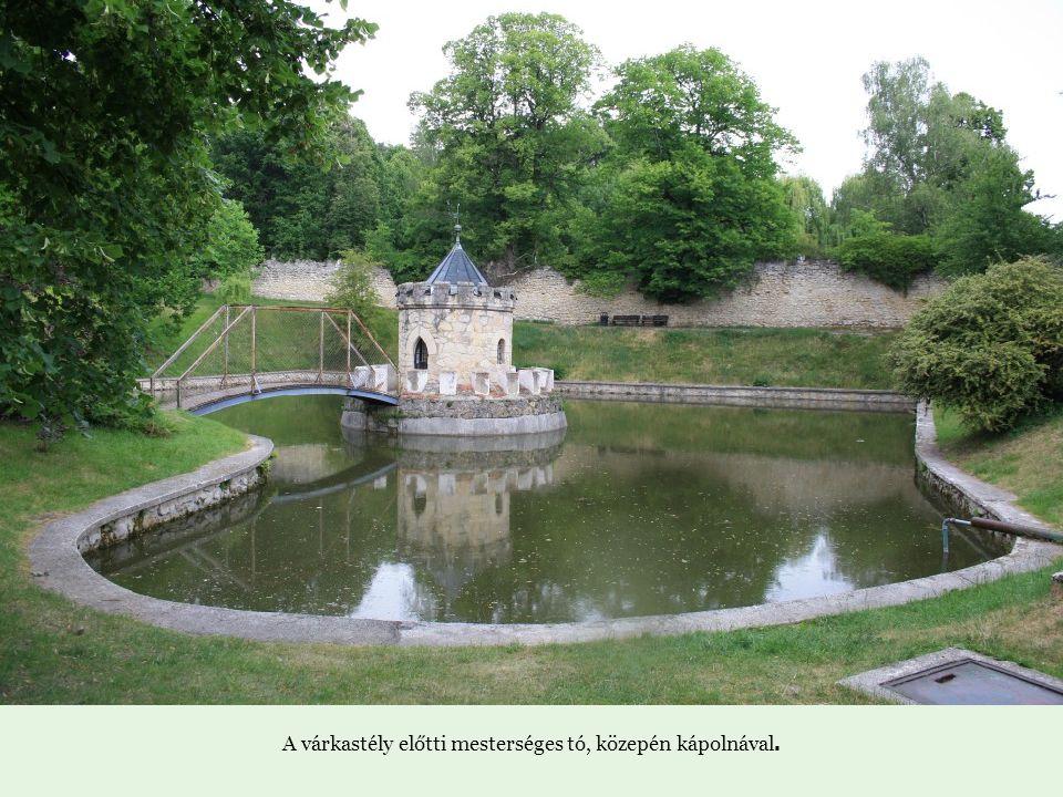 A várkastély előtti mesterséges tó, közepén kápolnával.