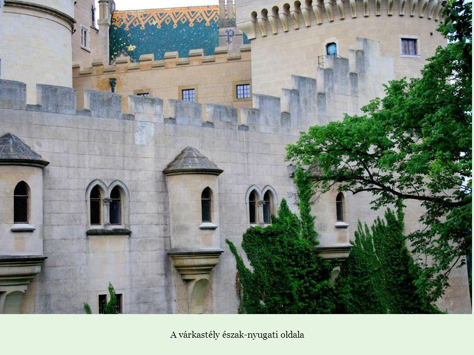 A várkastély észak-nyugati oldala
