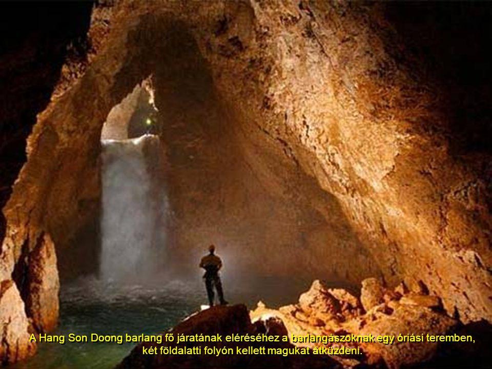 A Hang Son Doong barlang fő járatának eléréséhez a barlangászoknak egy óriási teremben, két földalatti folyón kellett magukat átküzdeni.