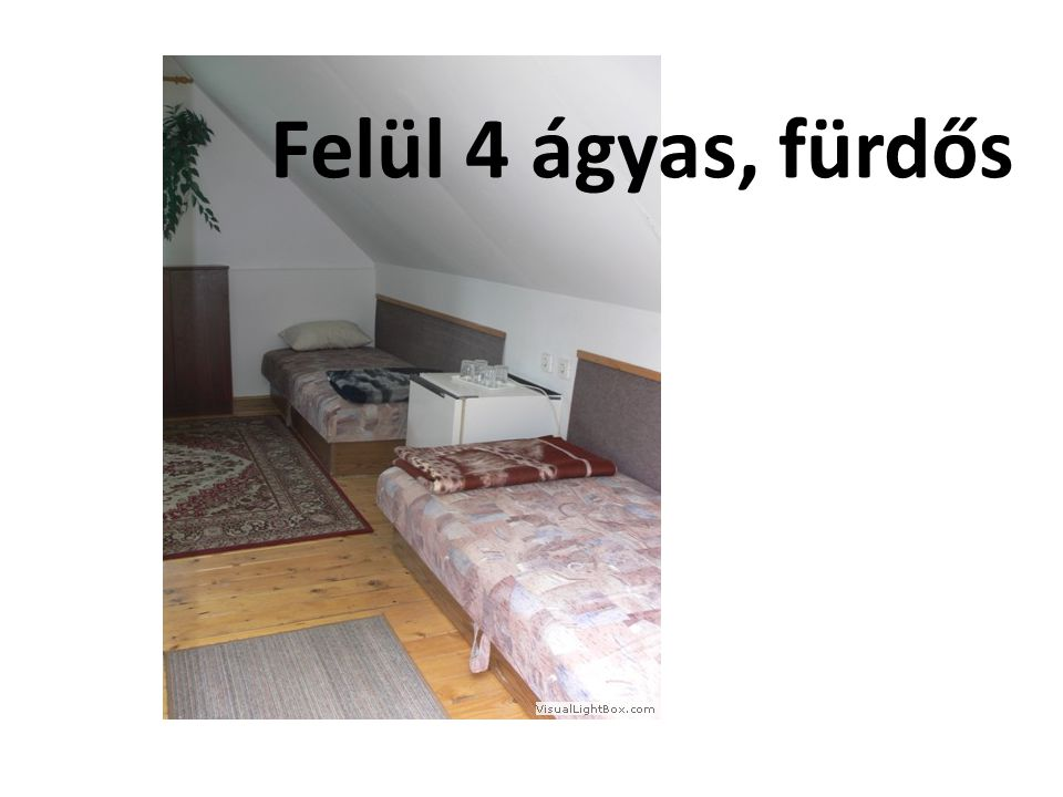 Felül 4 ágyas, fürdős