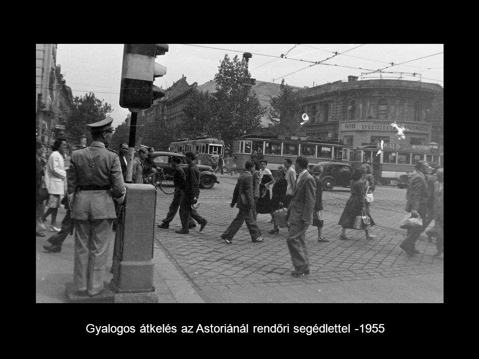 Gyalogos átkelés az Astoriánál rendőri segédlettel -1955