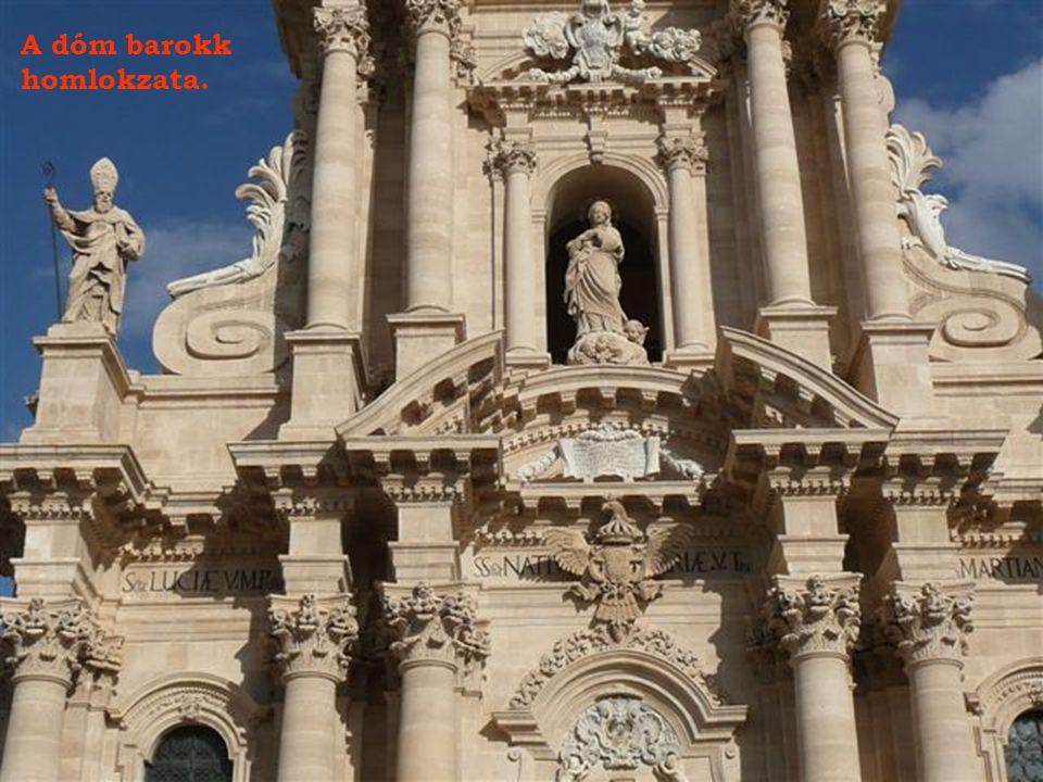 A dóm barokk homlokzata.