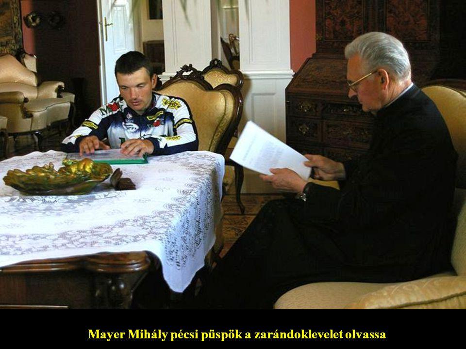 Mayer Mihály pécsi püspök a zarándoklevelet olvassa