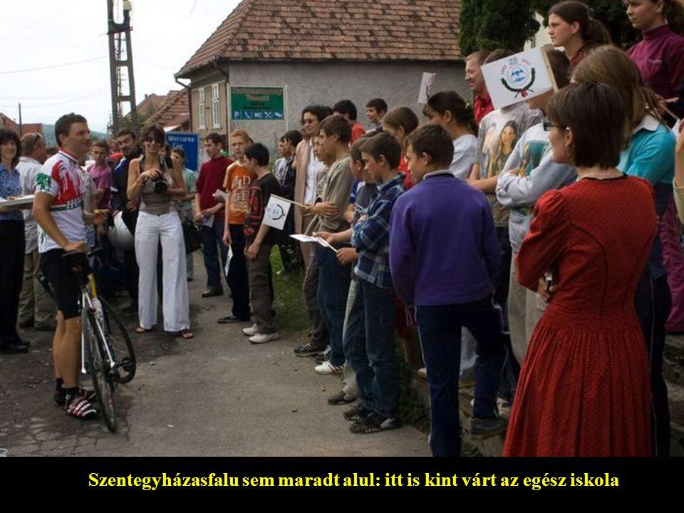 Szentegyházasfalu sem maradt alul: itt is kint várt az egész iskola