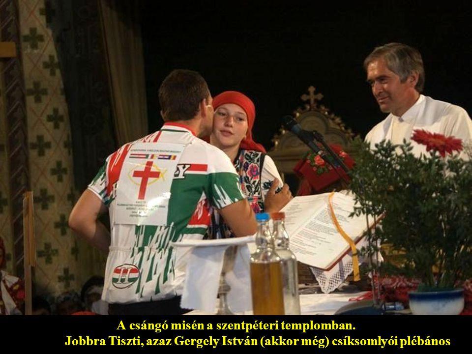 A csángó misén a szentpéteri templomban