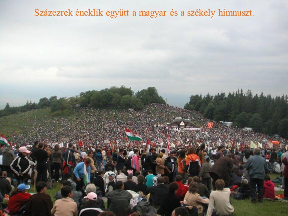Százezrek éneklik együtt a magyar és a székely himnuszt.