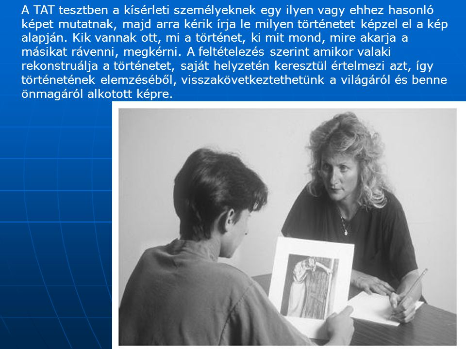 A TAT tesztben a kísérleti személyeknek egy ilyen vagy ehhez hasonló képet mutatnak, majd arra kérik írja le milyen történetet képzel el a kép alapján.