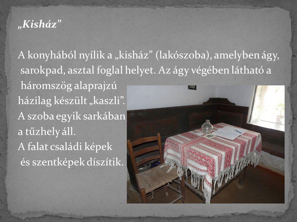 """""""Kisház A konyhából nyílik a """"kisház (lakószoba), amelyben ágy, sarokpad, asztal foglal helyet."""