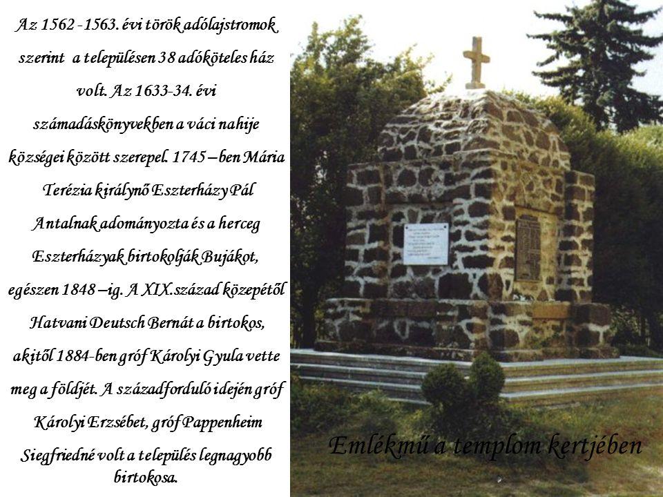 Emlékmű a templom kertjében