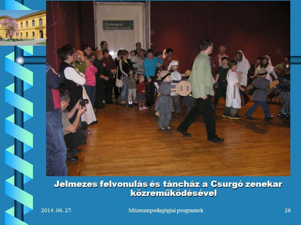Jelmezes felvonulás és táncház a Csurgó zenekar közreműködésével
