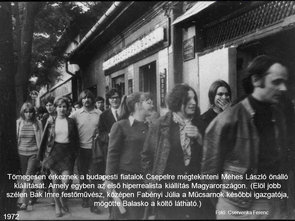 Tömegesen érkeznek a budapesti fiatalok Csepelre megtekinteni Méhes László önálló kiállítását. Amely egyben az első hiperrealista kiállítás Magyarországon. (Elöl jobb szélen Bak Imre festőművész, középen Fabényi Júlia a Műcsarnok későbbi igazgatója, mögötte Balasko a költő látható.)