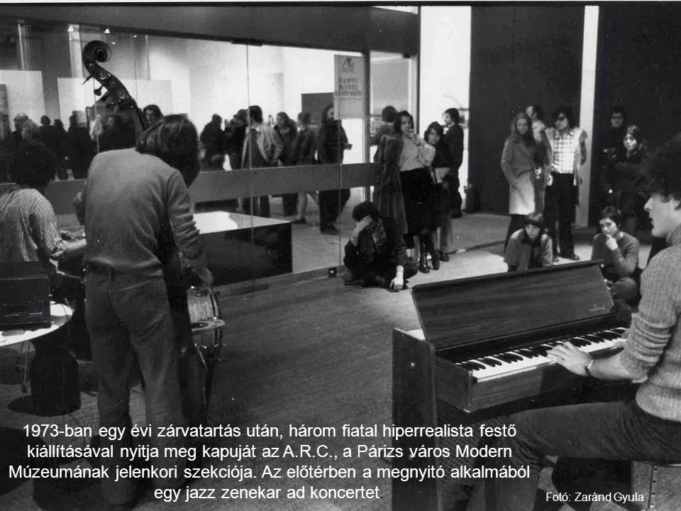 1973-ban egy évi zárvatartás után, három fiatal hiperrealista festő kiállításával nyitja meg kapuját az A.R.C., a Párizs város Modern Múzeumának jelenkori szekciója. Az előtérben a megnyitó alkalmából egy jazz zenekar ad koncertet.