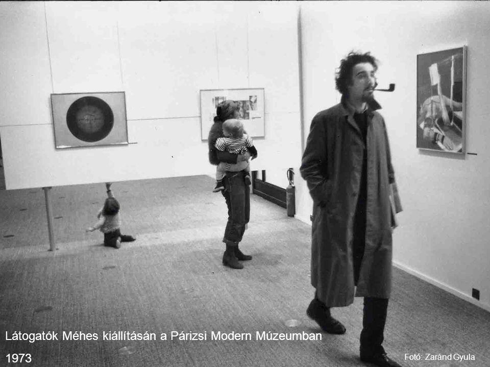 Látogatók Méhes kiállításán a Párizsi Modern Múzeumban 1973