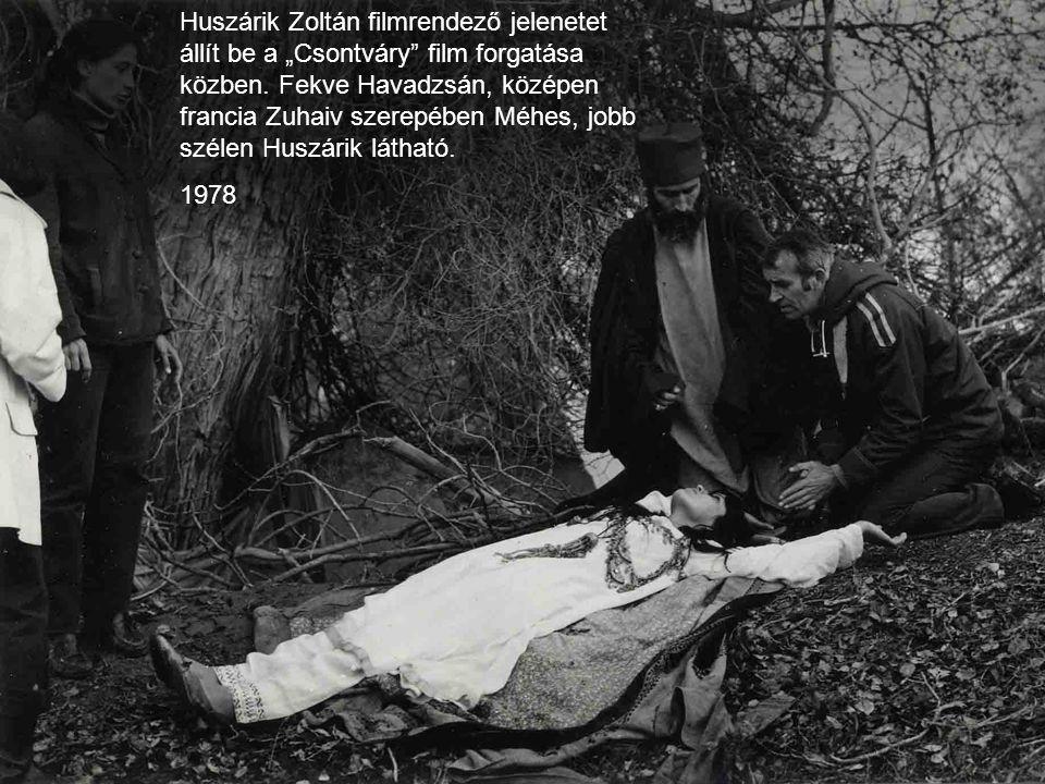 """Huszárik Zoltán filmrendező jelenetet állít be a """"Csontváry film forgatása közben. Fekve Havadzsán, középen francia Zuhaiv szerepében Méhes, jobb szélen Huszárik látható."""