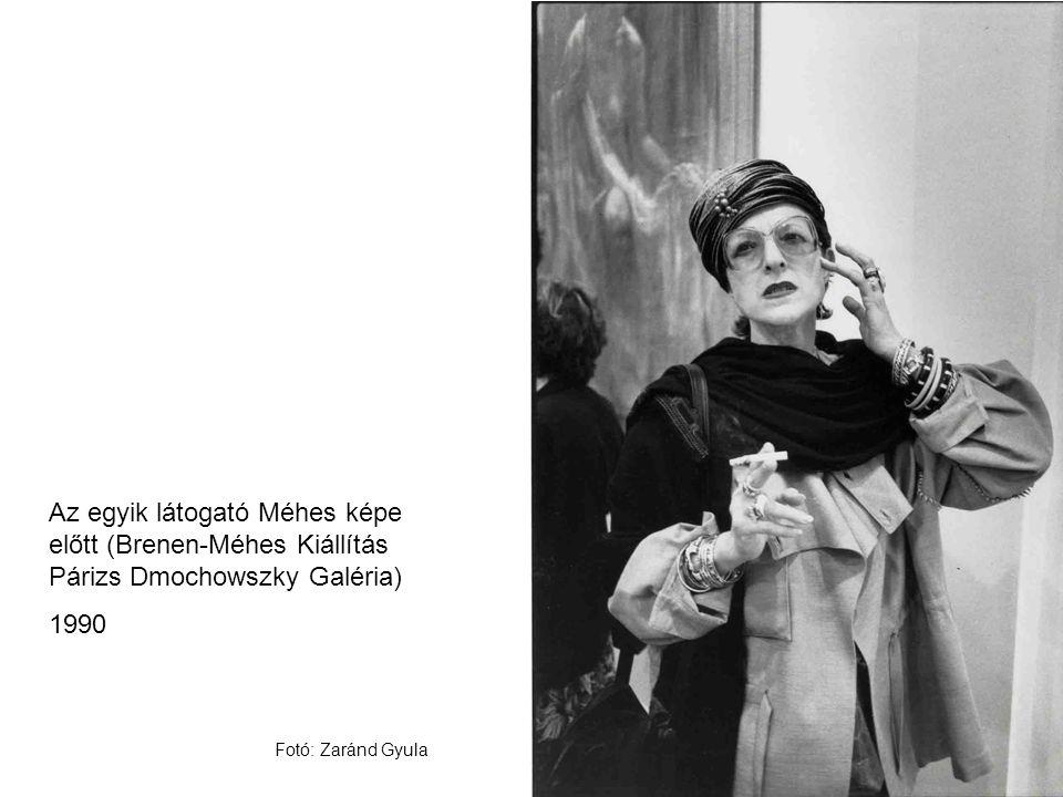 Az egyik látogató Méhes képe előtt (Brenen-Méhes Kiállítás Párizs Dmochowszky Galéria)