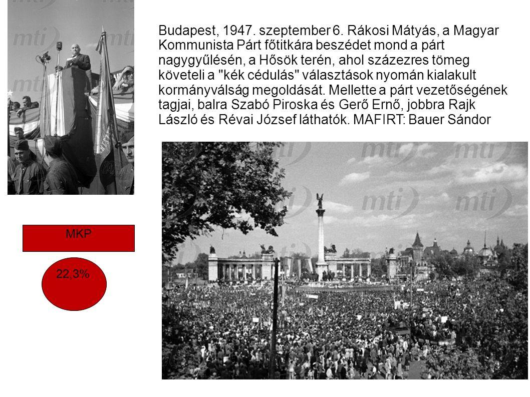 Budapest, 1947. szeptember 6. Rákosi Mátyás, a Magyar Kommunista Párt főtitkára beszédet mond a párt nagygyűlésén, a Hősök terén, ahol százezres tömeg követeli a kék cédulás választások nyomán kialakult kormányválság megoldását. Mellette a párt vezetőségének tagjai, balra Szabó Piroska és Gerő Ernő, jobbra Rajk László és Révai József láthatók. MAFIRT: Bauer Sándor