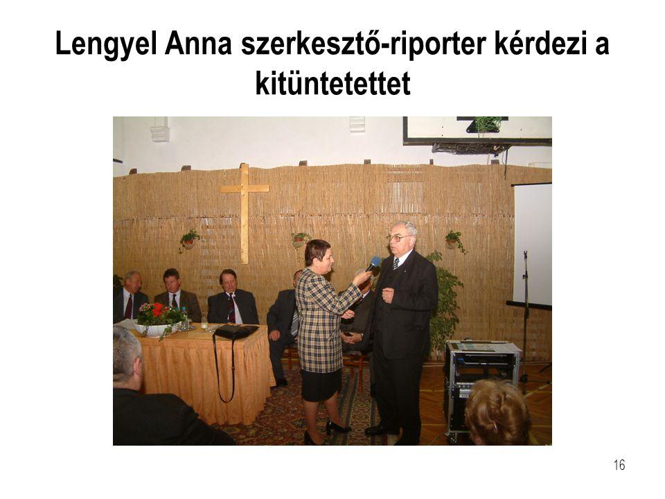 Lengyel Anna szerkesztő-riporter kérdezi a kitüntetettet