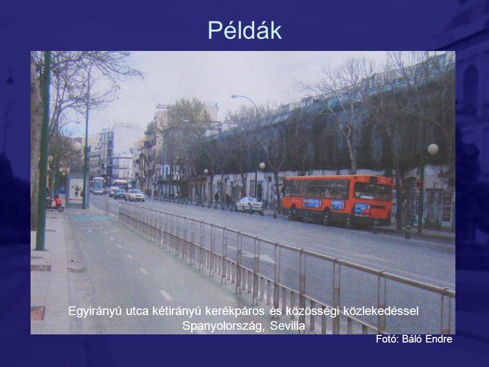 Példák Egyirányú utca kétirányú kerékpáros és közösségi közlekedéssel Spanyolország, Sevilla.